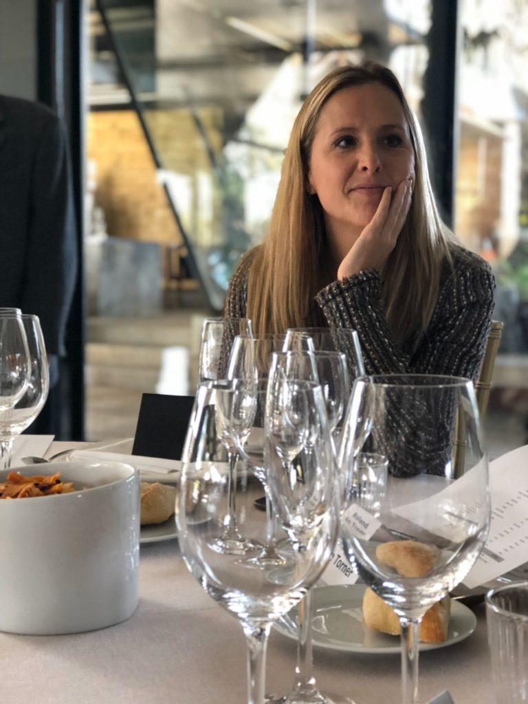 La Beatriz Hurtado durant el Dinar i taula rodona organitzat per la Fundació Gresol.